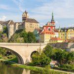 Loket ist eine Kleinstadt in Tschechen in der Nähe von Karlsbad. Auf der malerischen Burg werden Führungen angeboten. Der kleine Marktplatz mit vielen Restaurationen lädt zum verweilen ein.